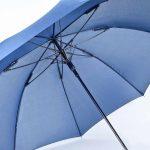 Dieser blaue Regenschirm mit geradem Soft-Touch griff kann individuell mit eigenem Firmenlogo bedruckt werden.