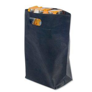 Vliestasche mit Bodenfalte, gestanzten Grifföffnungen und eigenem Druck.